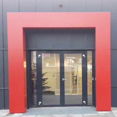 Produktion af indgangsportal, med følgende montage hos Herningsholm Erhvervsskole, december 2019.